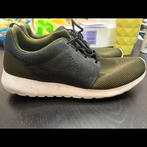 Men's Nike Roshe Run in DARK LODEN size 10.5